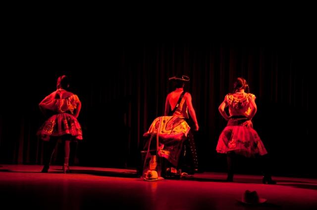 FOTO (cortesía): José Díaz Héroes de barro y cenizas, dramaturgia y dirección de Adolfo Matías. Teatro Vicente Guerrero, UAM-X y FES Zaragoza, UNAM.